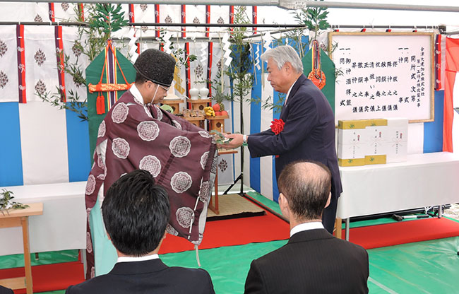 神事(玉串奉奠)を行う大建工業社長 億田
